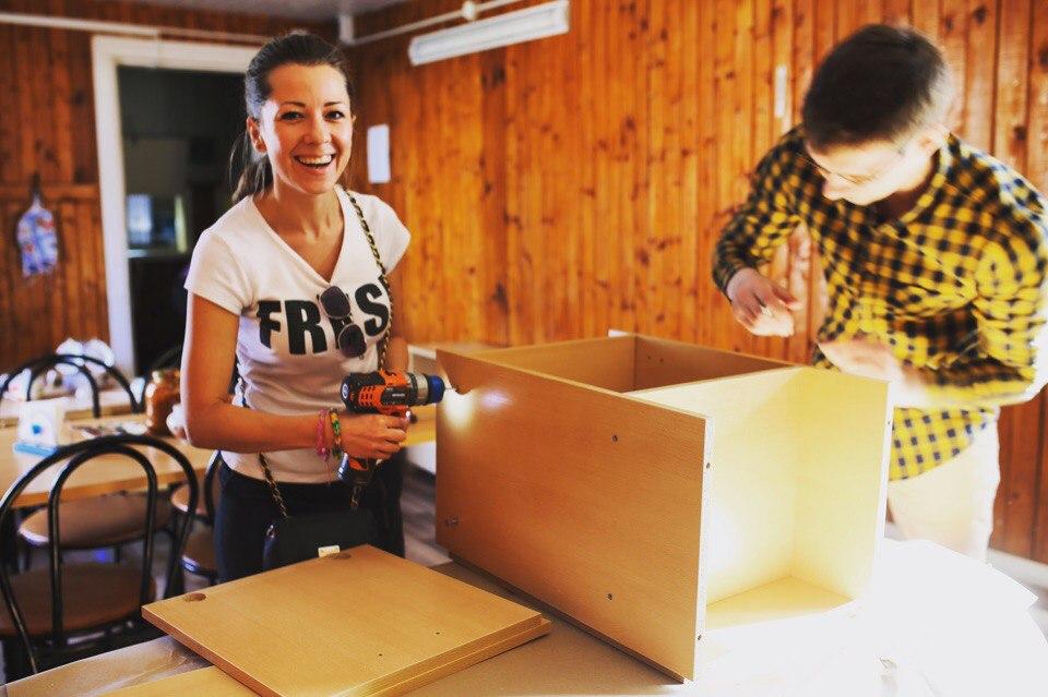Сборка прикроватных тумбочек для социально-реабилитационного центра для несовершеннолетних